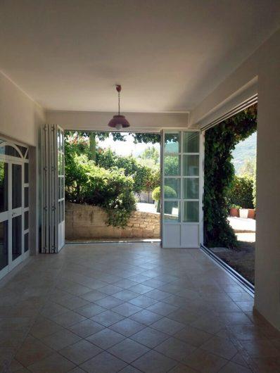 Vista dell'interno del patio coperto di Villa Salerno