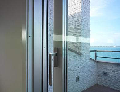 Villa Milano, copertina essenze-finiture vetro