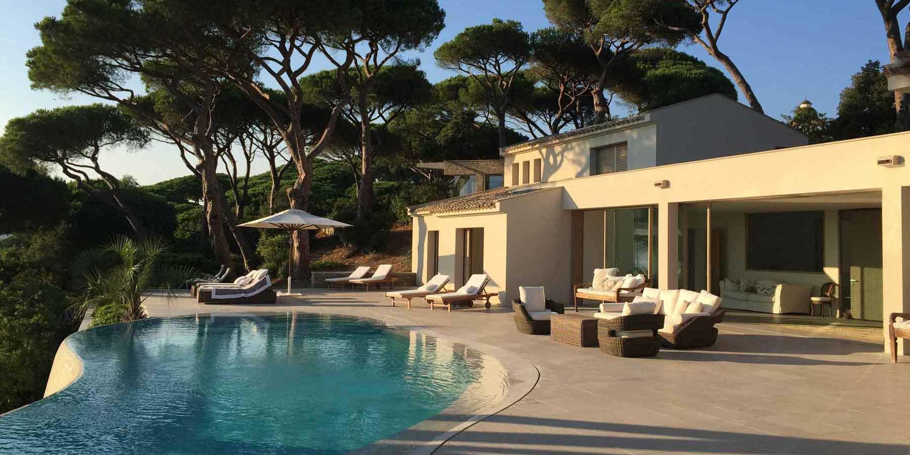 Villa a Saint Tropez realizzata con i serramenti della Collezione Skyline Minimal Frames