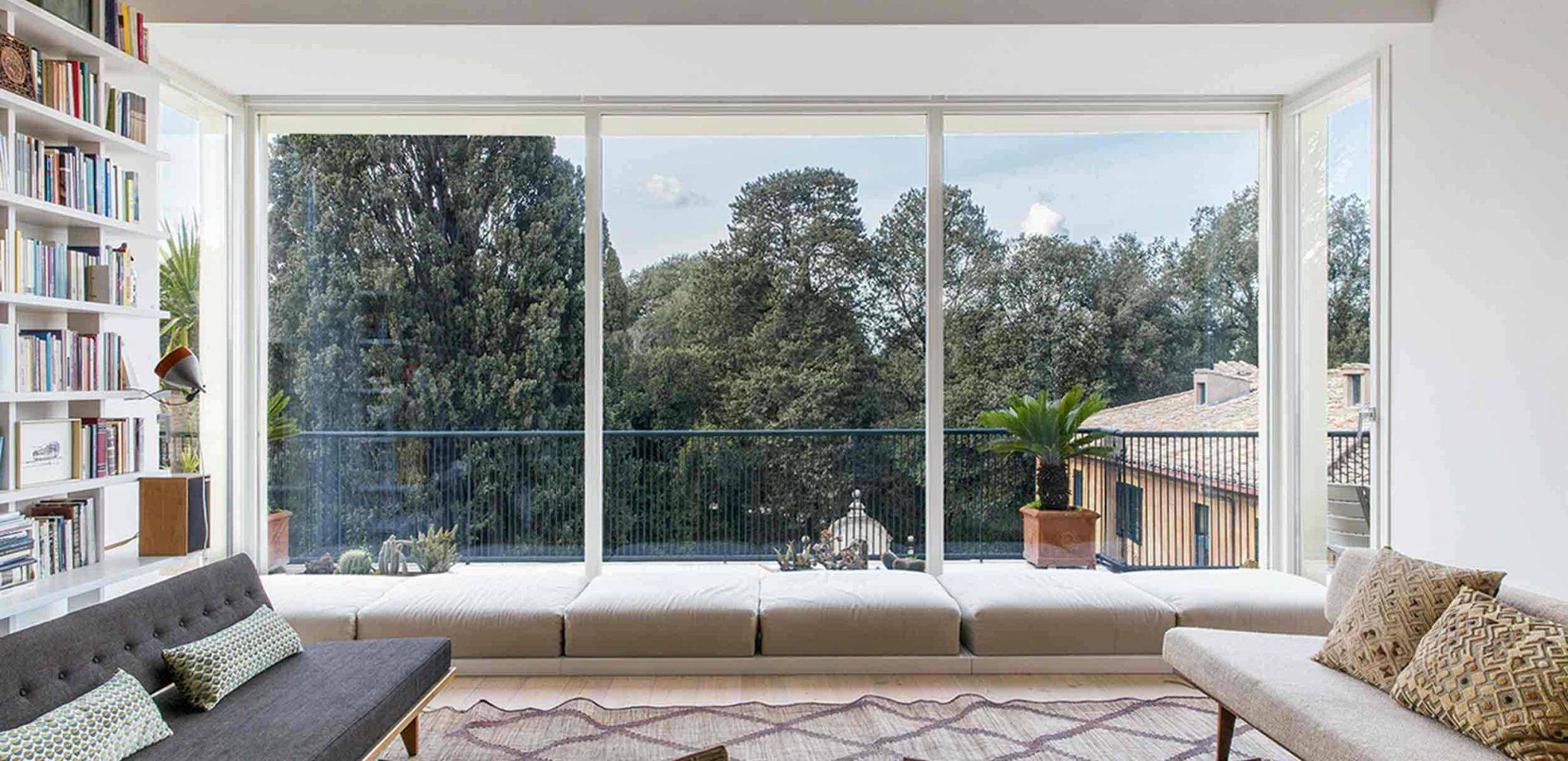 Immagine di copertina di Villa Roma con vetrate fisse in legno laccato bianco