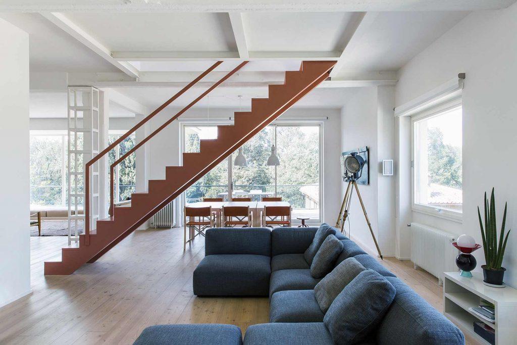 Villa Roma, vue sur le salon avec grand pivot horizontal à droite