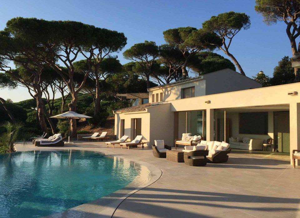 Villa Saint Tropez, vista sul patio con alzanti scorrevoli Skyline Sliding