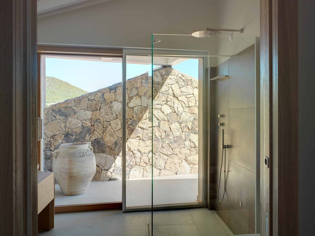 Villa Olbia, alzante scorrevole Skyline Sliding con rivestimento interno in alluminio