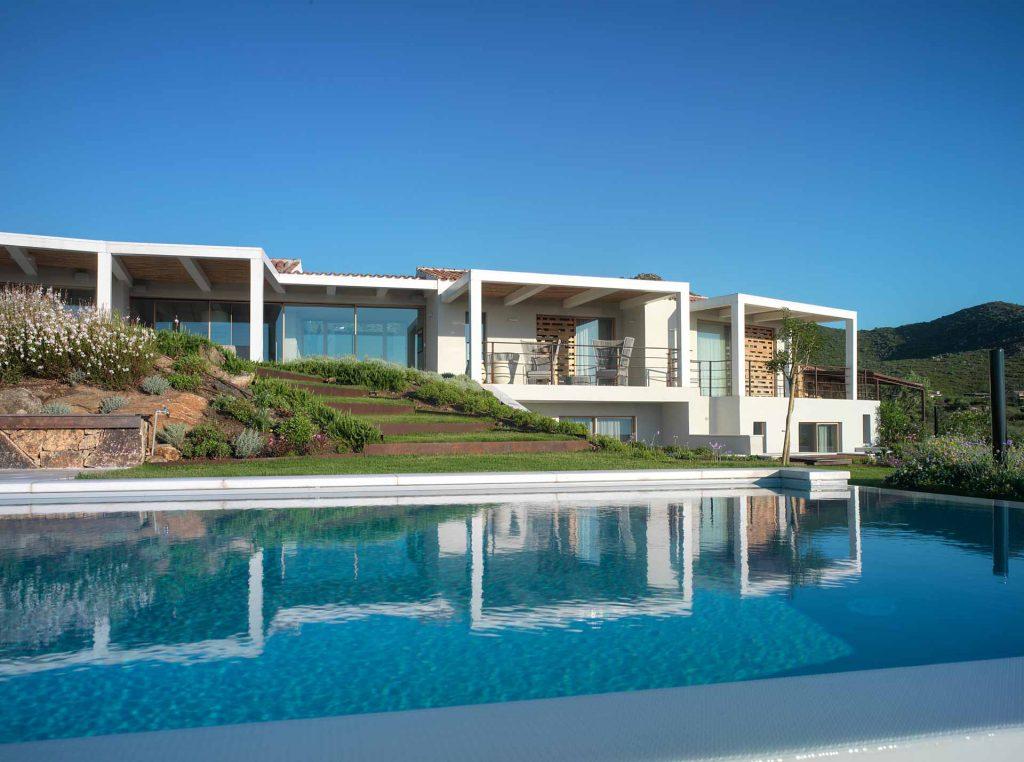 Villa Olbia, vista del prospetto con piscina