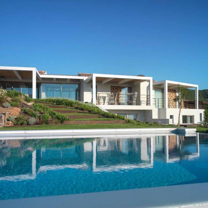 Villa Costa Smeralda, vista del prospetto con piscina
