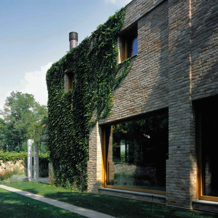 Villa Parma, prospetto in mattoni e vetrate fisse Euro 68