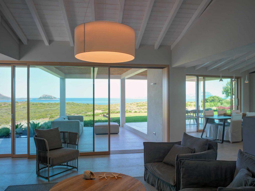 Villa Costa Smeralda, vista interno open space con alzante scorrevole Skyline Sliding