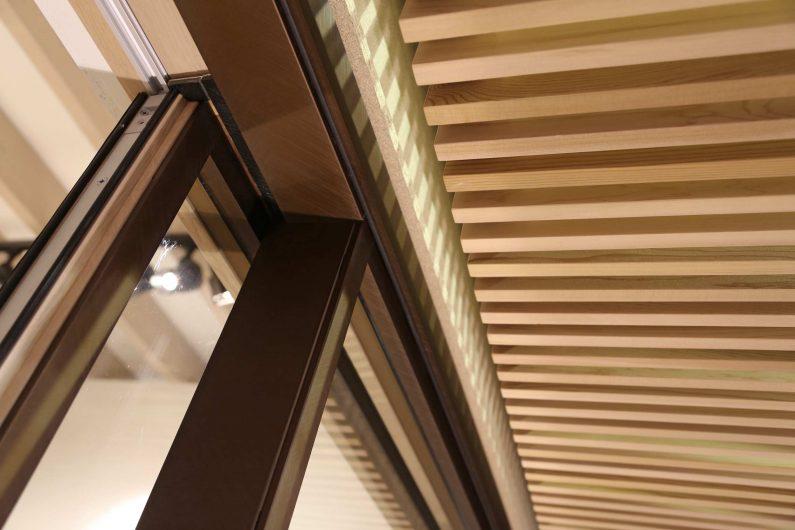 Dettaglio del rivestimento esterno in alluminio su un alzante scorrevole Skyline