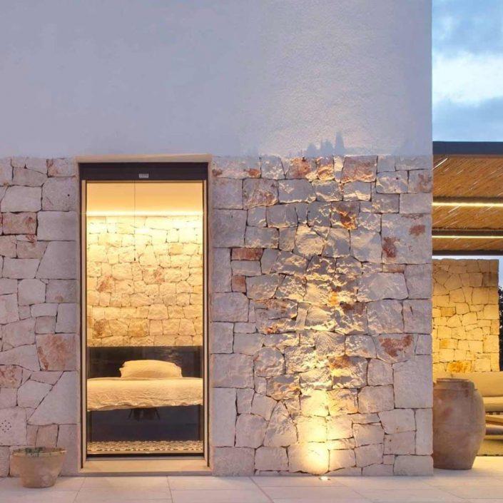 Vista esterna di una porta finestra Skyline con vetro strutturale effetto vitrum