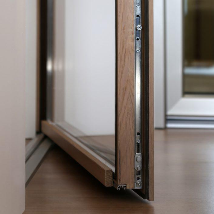 Dettaglio di un serramento in legno Euro 68 Slim