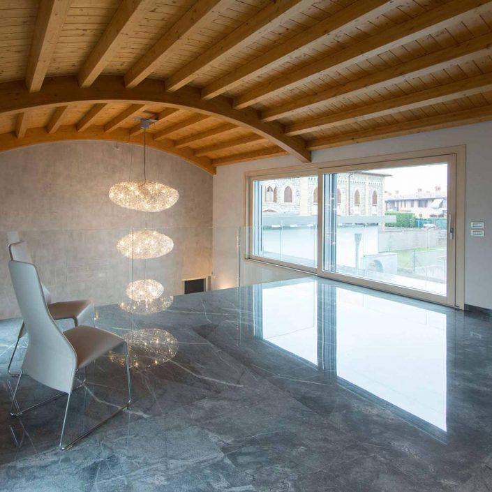 Vista di un interno con alzante scorrevole in legno e rivestimento in alluminio