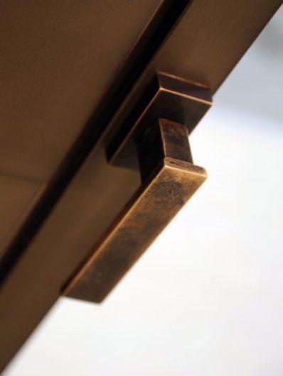 Dettaglio della maniglia Linea Vittoria bronzo