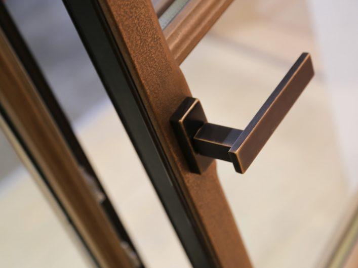 Dettaglio di una maniglia aperta su serramento Skyline Classic