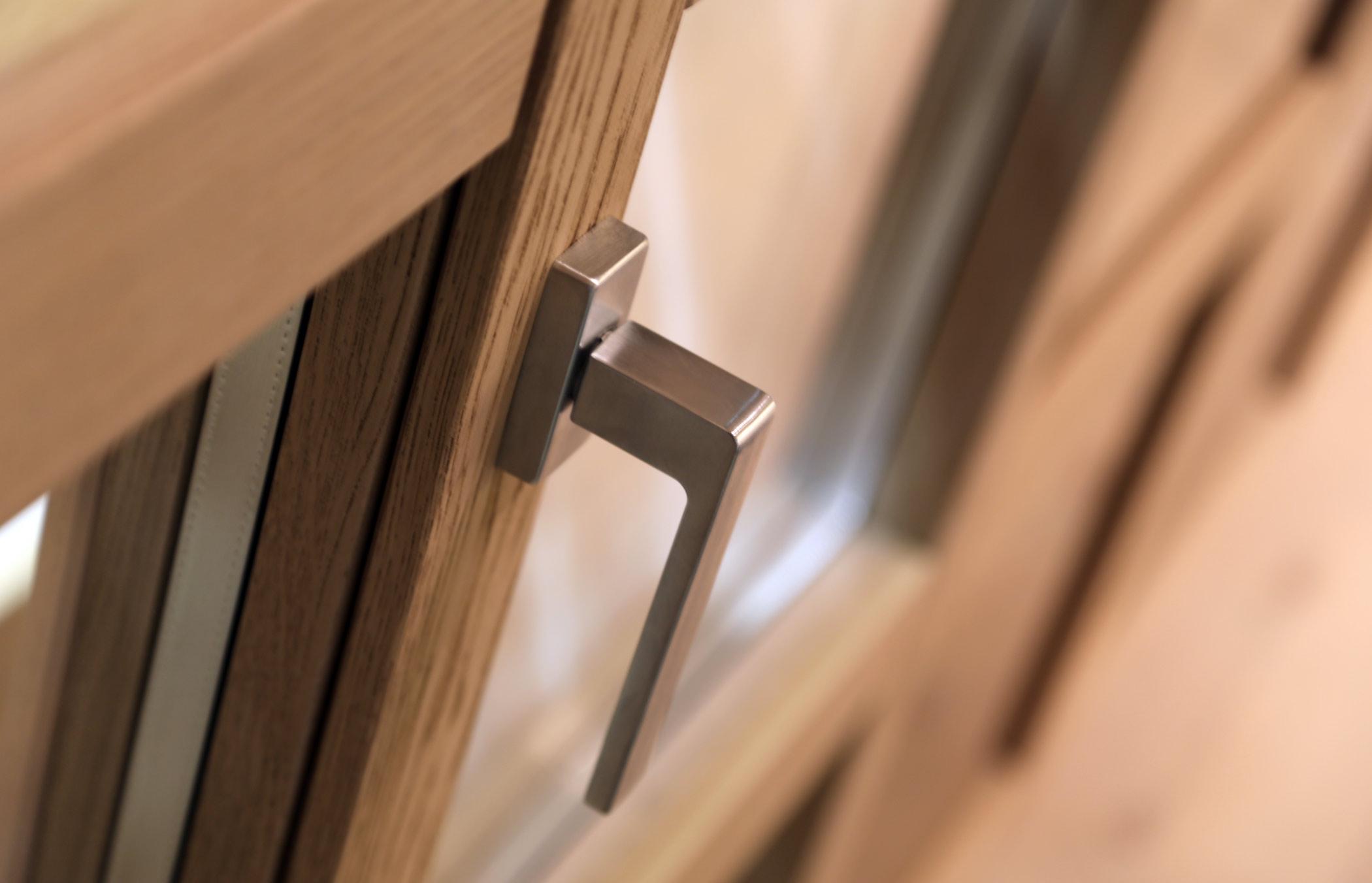 Dettaglio di una maniglia per porta finestre cromo satinata
