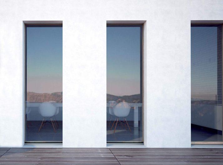 Vista esterna di tre porte finestre Skyline con vetro strutturale effetto vitrum
