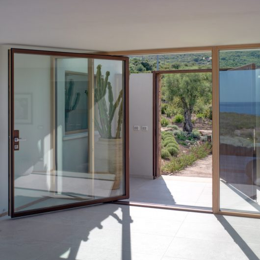 Vista interna di un bilico verticale in legno con rivestimento in alluminio effetto corten