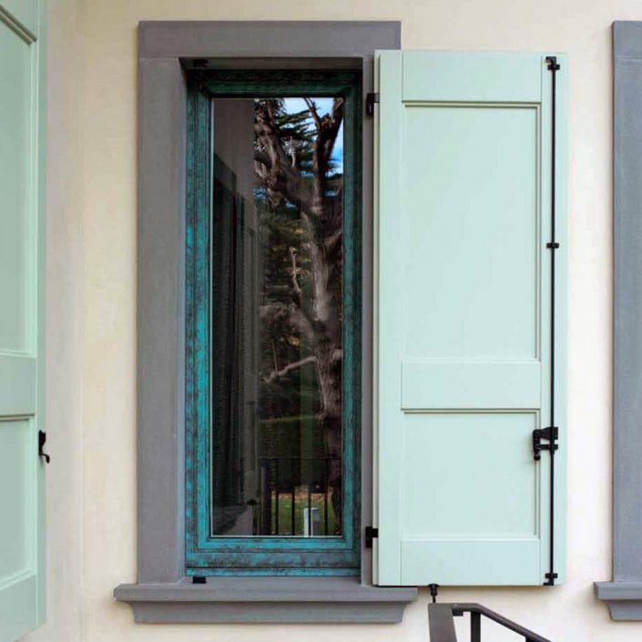 Vista esterna di una finestra con scuro in legno