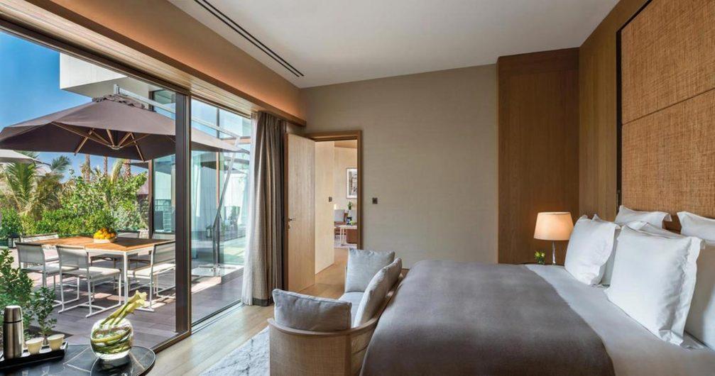 Vista di una camera da letto con alzante scorrevole in legno con rivestimento di alluminio