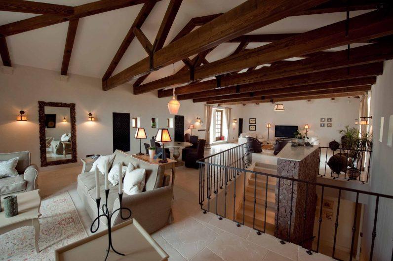 Area sedute al piano superiore con serramenti in legno dal finish naturale