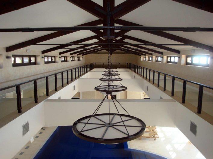 Particolare della copertura della piscina interna con finestre in legno
