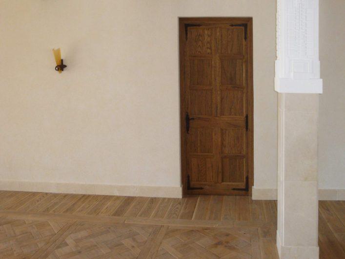 Vista frontale di una porta interna con pannello cieco in legno