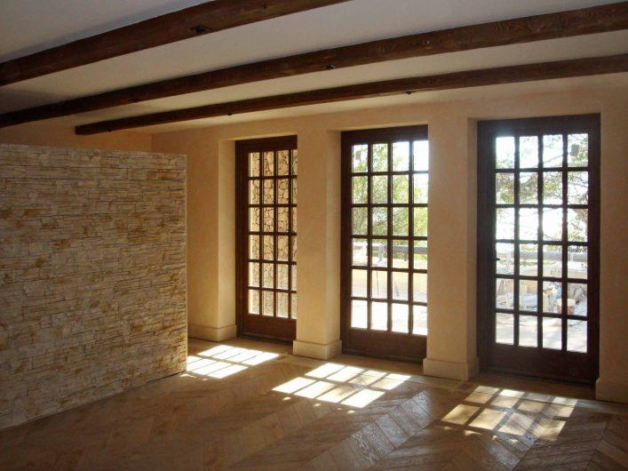 Vista dell'ingresso di una residenza con tre porte finestre ad inglesine