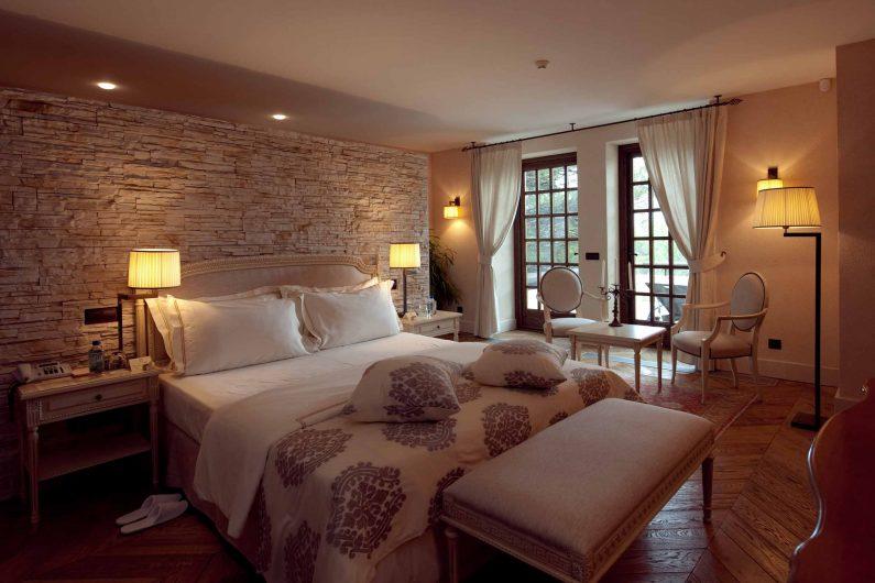 Vista di una camera da letto con fuseruoli in legno