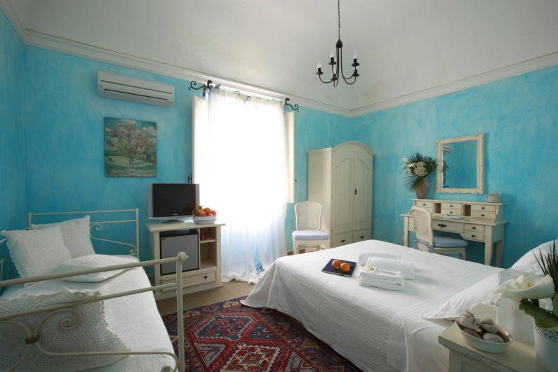 Vista di una camera d'albergo con finestra in legno a due ante aperte