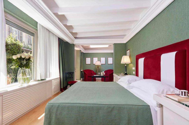 Vista di una camera da letto dell'Hotel Regency con finestre in legno laccato bianco