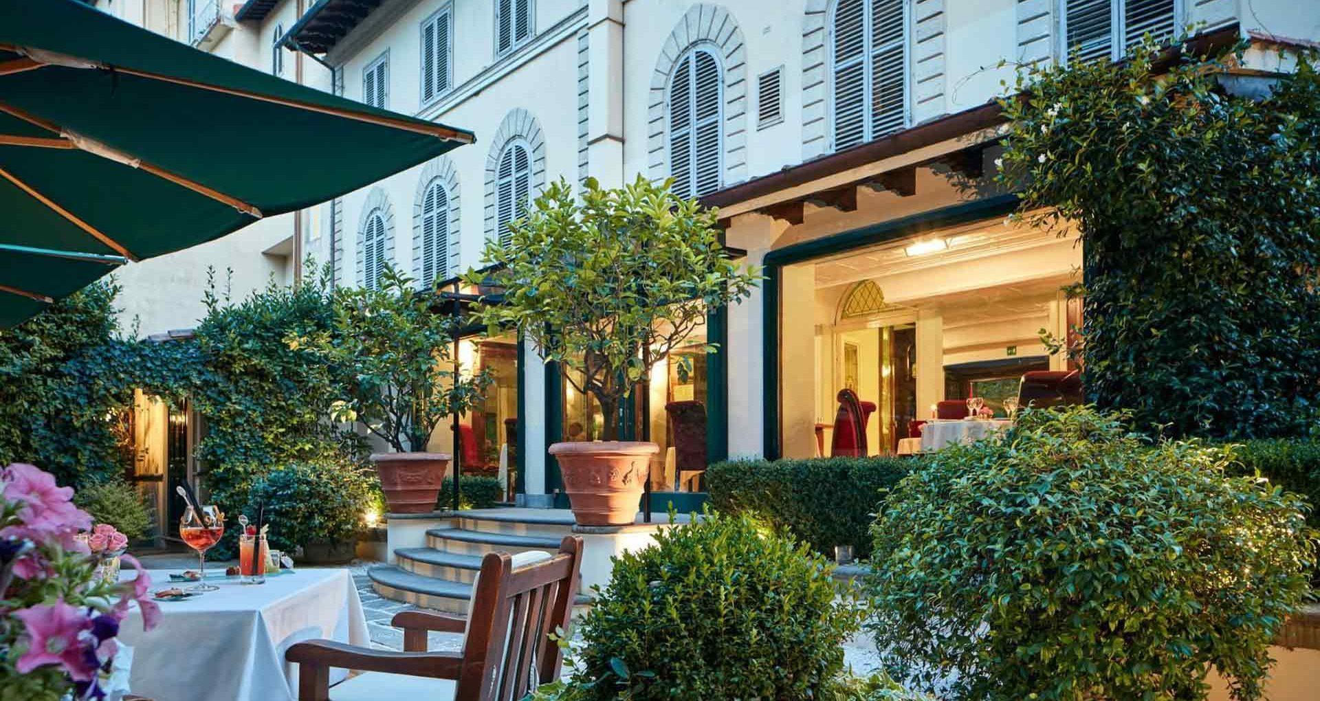 Vista della facciata dell'hotel con finestre e persiane ad arco
