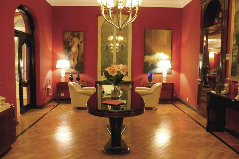 Sala interna dell'Hotel Regency con finestra in stile classico sulla parete di fondo