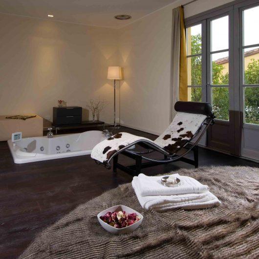 Vista di una camera da letto con porte finestre laccate color grigio