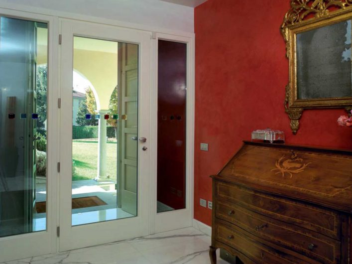 Vista interna del portoncino d'ingresso di Villa Bergamo