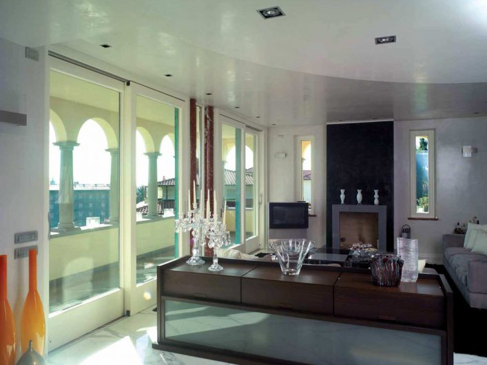 Area living di Villa Bergamo con due alzanti scorrevoli laccati bianchi