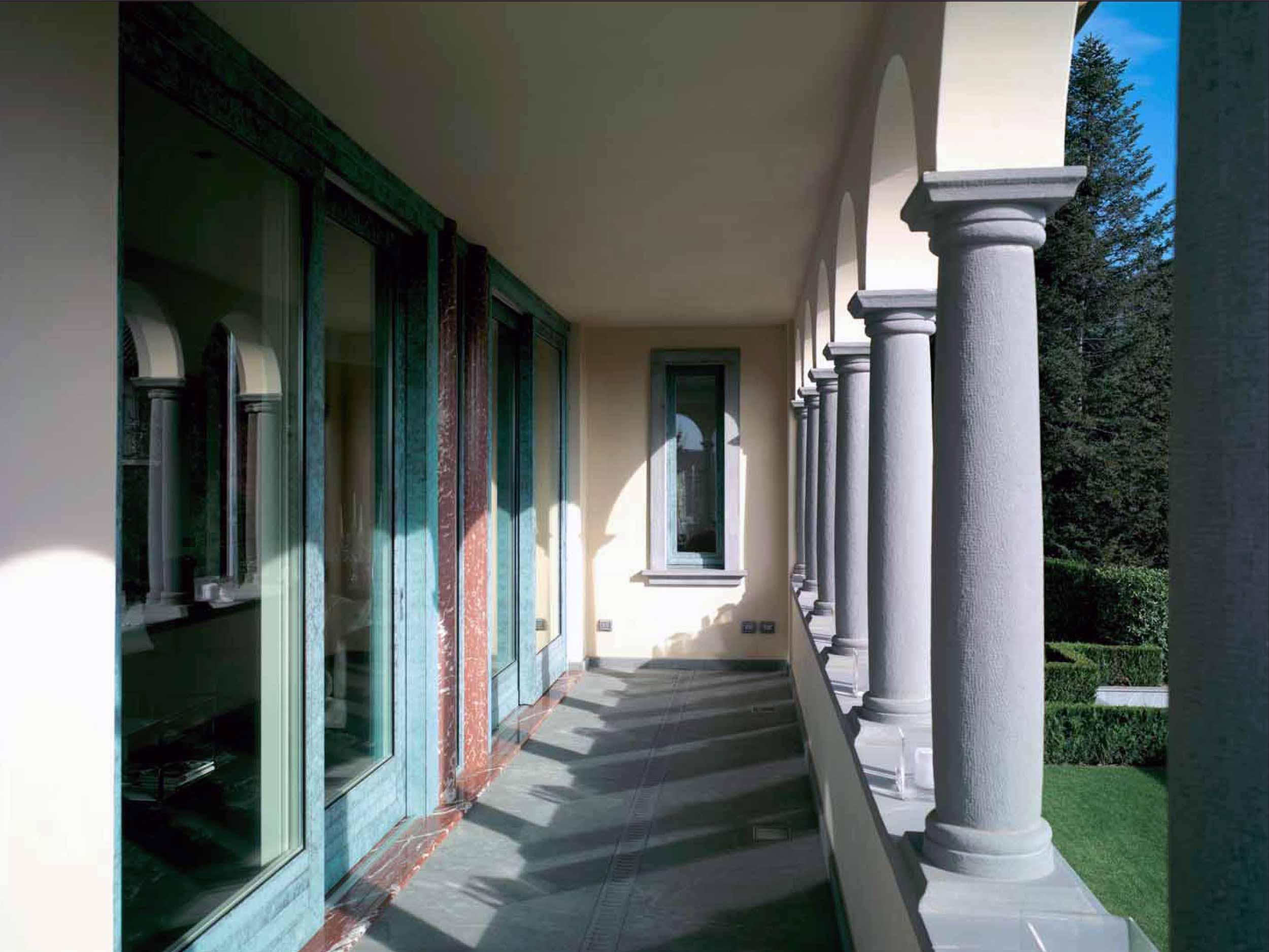 Vista del portico esterno di Villa Bergamo con alzanti scorrevoli