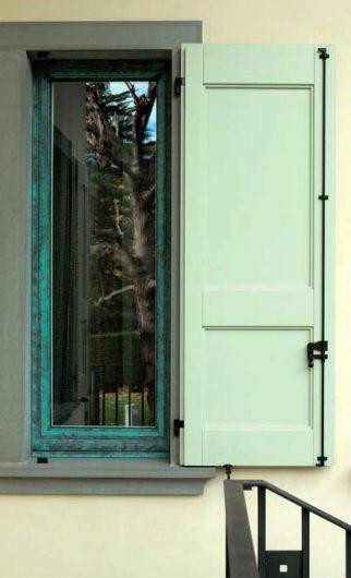 Dettaglio di una finestra con antone in legno laccato