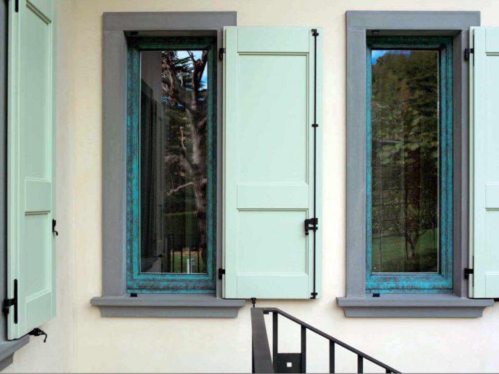 Vista esterna delle finestre con scuri in legno laccato