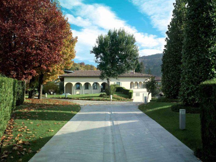 Vista generale della villa dal viale d'ingresso