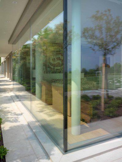 Vista esterna dell'angolo vetrato con retrolaccatura nera
