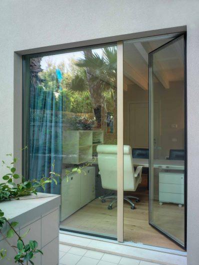Vista esterna della porta finestra a due ante asimmetriche