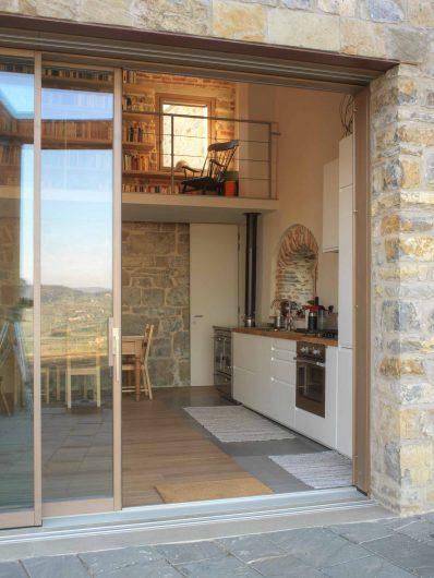 Vista dell'interno di Villa Firenze con alzante scorrevole e finestra ad anta singola con coprifili