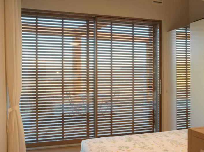 Alzante scorrevole della camera da letto con frangisole a doghe in legno chiuso