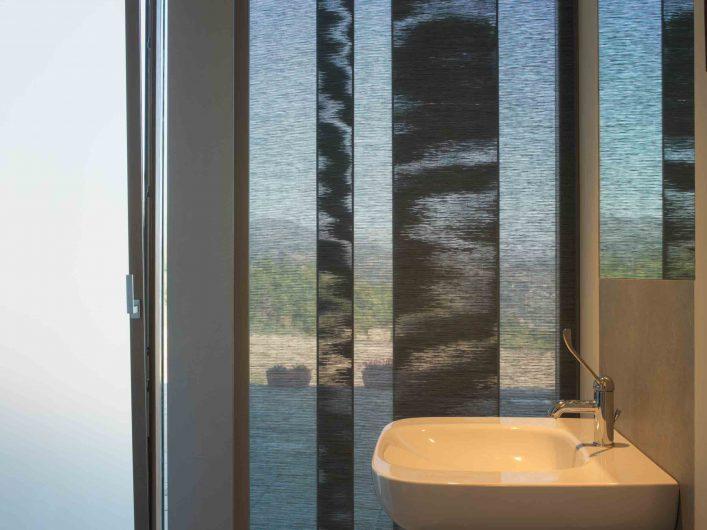 Vista del bagno di Villa Firenze con porta finestra vasistas