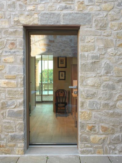 Vista frontale della portiera vetrata chiusa