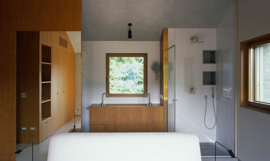 Vista del bagno con finestra ad anta singola sulla parete di fondo