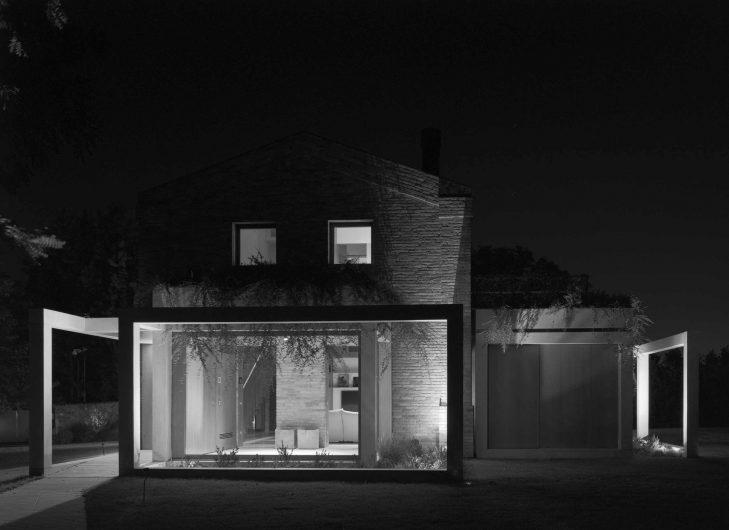 Immagine in bianco e nero del prospetto di Villa Parma con vetrata fissa in primo piano