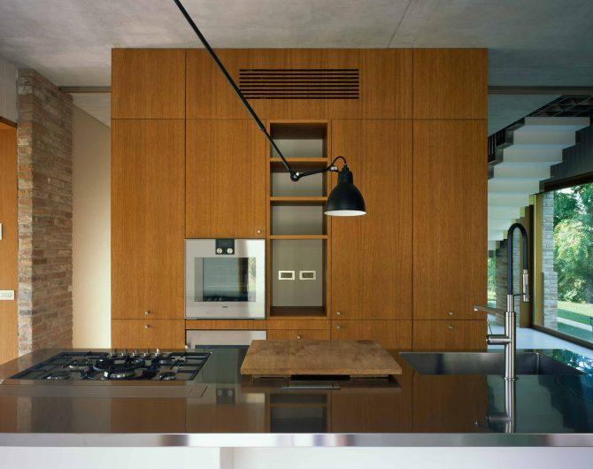 Vista frontale della cucina con vetrata fissa in legno di rovere sullo sfondo