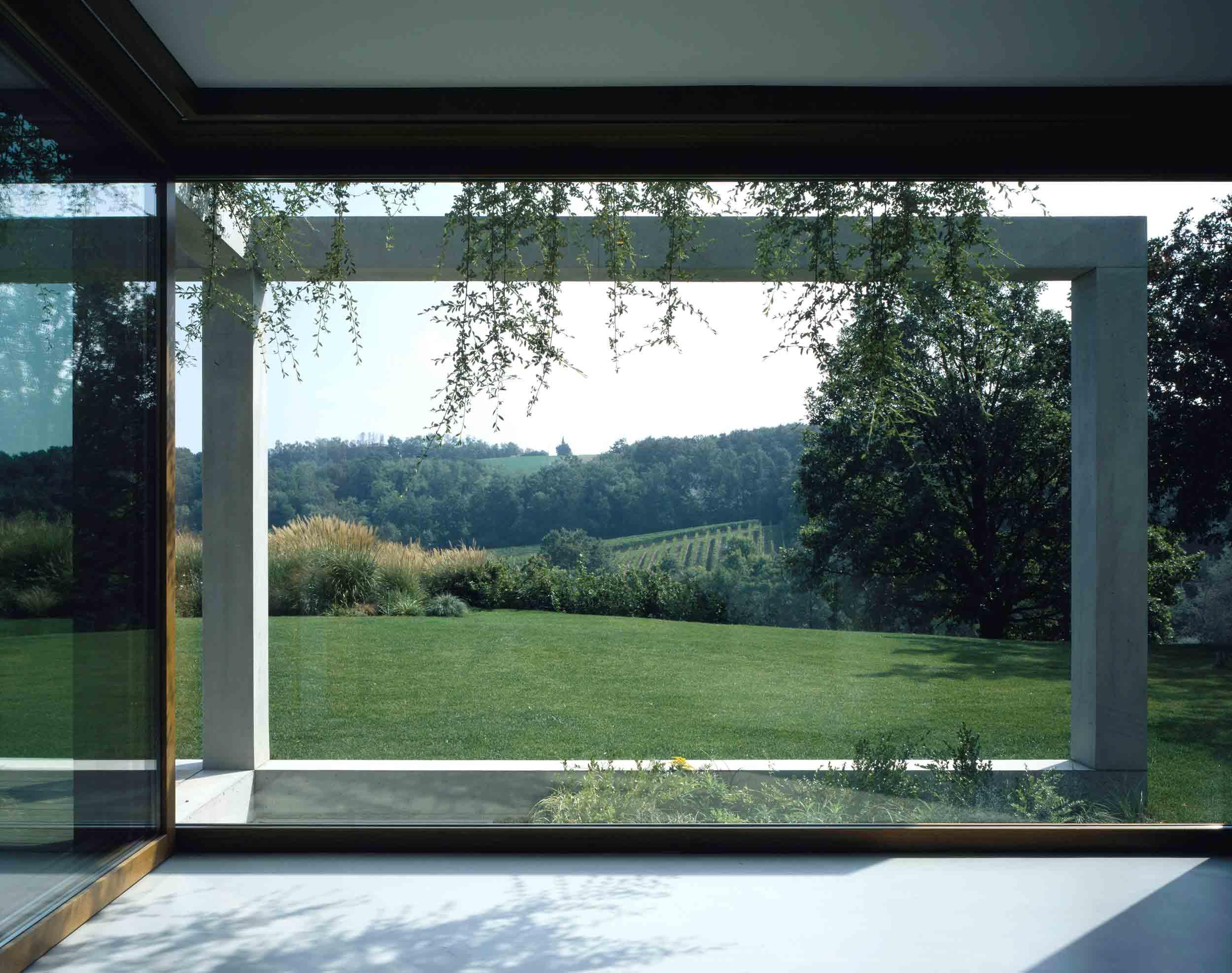 Vista frontale della vetrata fissa Euro 68 in rovere con finitura naturale