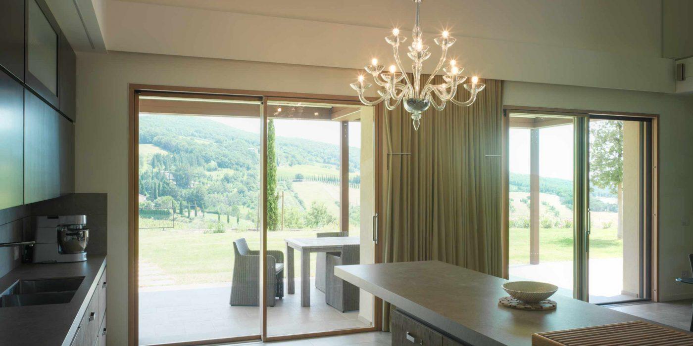 Vista dell'alzante scorrevole a due ante della zona cucina di Villa Pisa