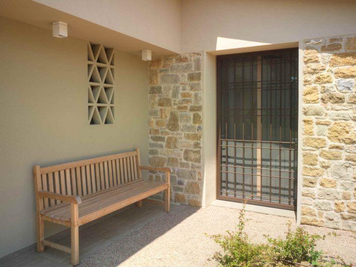 Vista esterna della porta finestra con grata in ferro chiusa